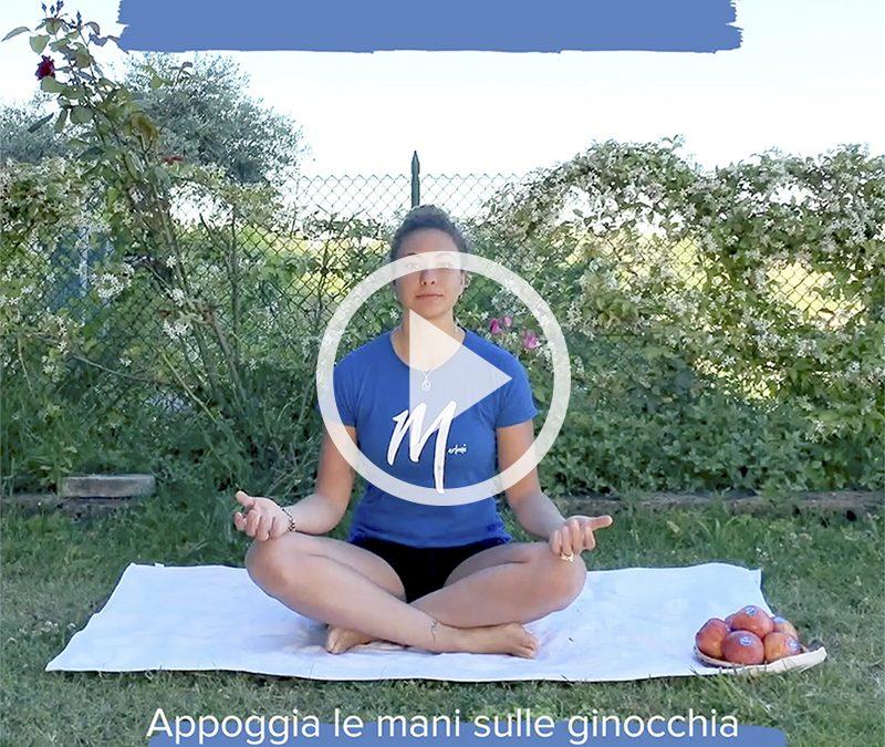 La posizione semplice dello yoga per concentrarsi sulla respirazione